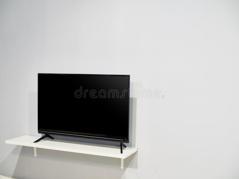 Een televisietoestel met een grote blinde muur stock fotografie