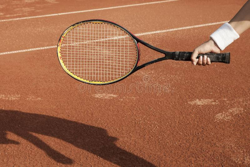 Een tennisspeler treft voorbereidingen om een tennisbal tijdens een gelijke te dienen royalty-vrije stock afbeeldingen