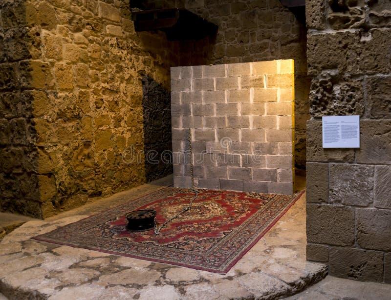 Een tentoongesteld voorwerp binnen van Paphos-Kasteelmuseum op een grondniveau stock foto