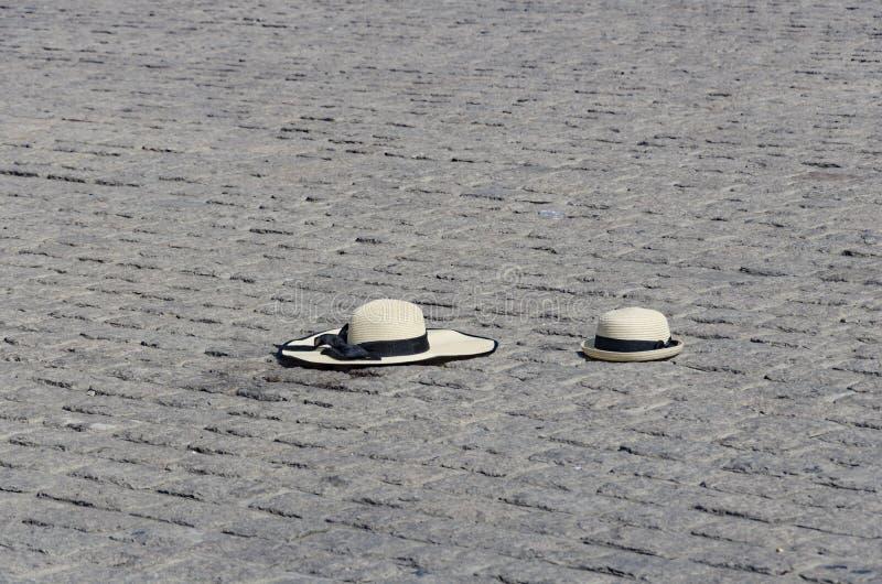Een ter plaatse verloren hoed stock foto's
