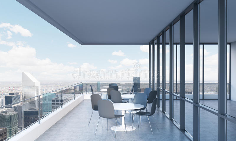 Een terras met lijsten en stoelen in een modern panoramisch gebouw