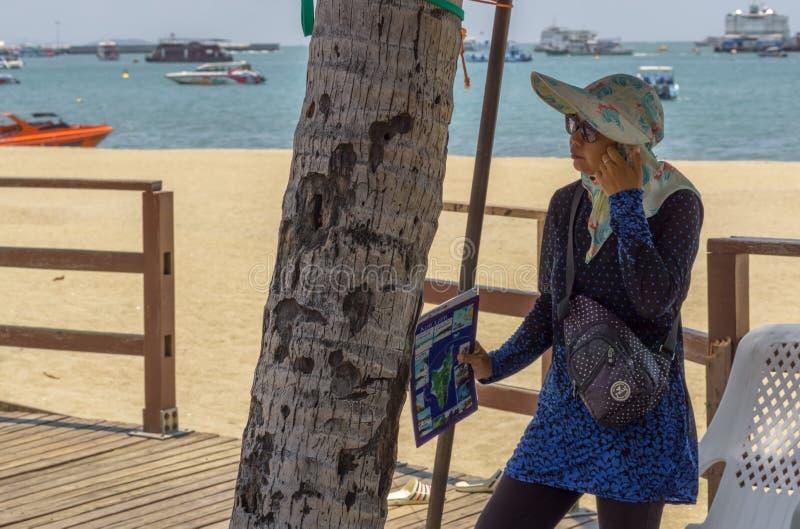 Een Thaise vrouw wachtte op toeristen om hen goedkope reizen door boot aan de eilanden aan te bieden royalty-vrije stock afbeelding
