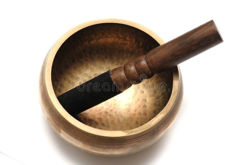 Een Tibetaanse zingende kom met een houten striker royalty-vrije stock afbeelding