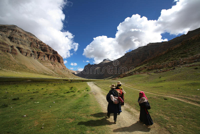 Een tibetan familie op een bedevaart stock foto's