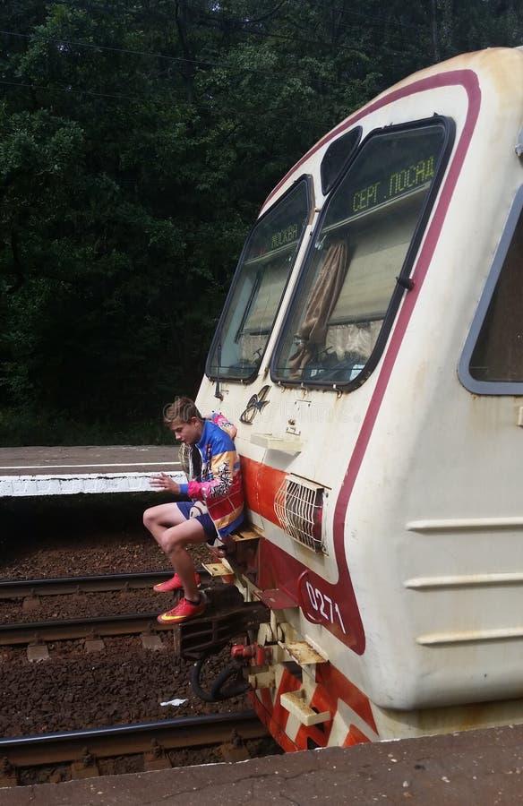 Een tiener berijdt een trein royalty-vrije stock foto's