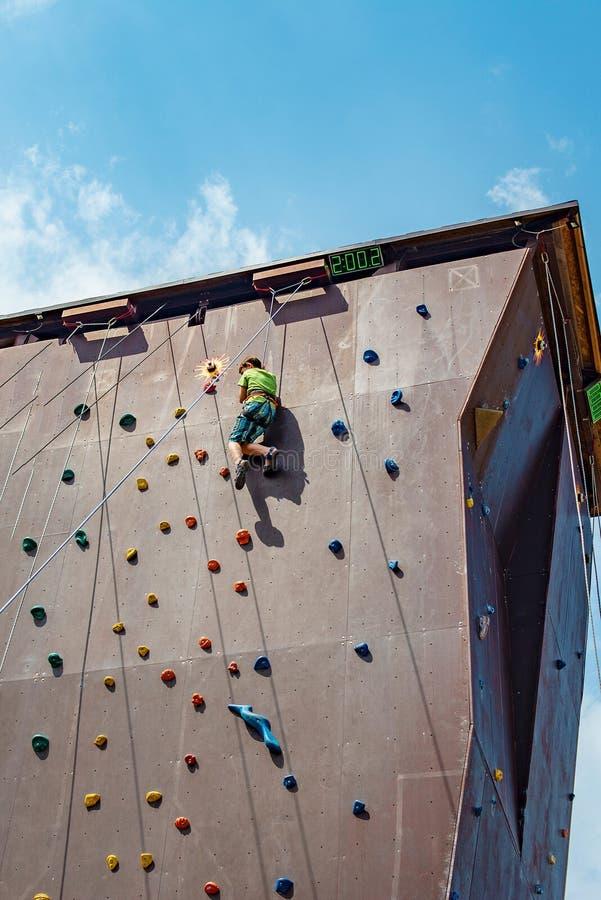 Een tiener is bezig geweest met bergbeklimming royalty-vrije stock foto