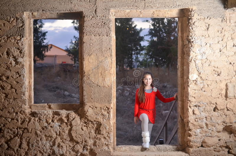 Een tiener in een oud verlaten Arabisch gebouw stock foto