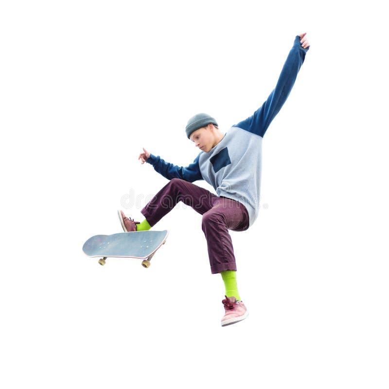 Een tiener in een hoed en een sweatshirt die met een skateboard springen doet een truc op een geïsoleerde witte achtergrond De be stock fotografie