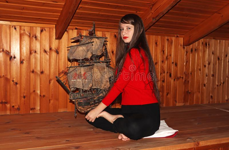 Een tiener houdt een oud model van een schip royalty-vrije stock foto