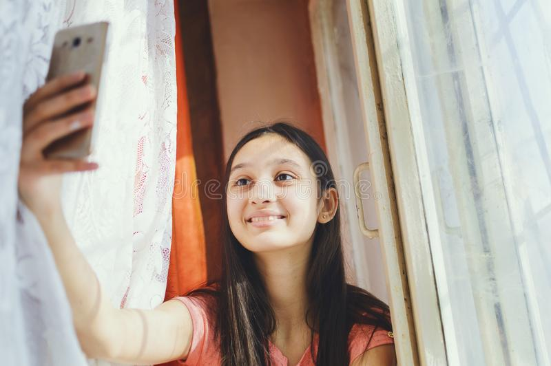 Een tiener maakt selfie op een celtelefoon royalty-vrije stock foto's
