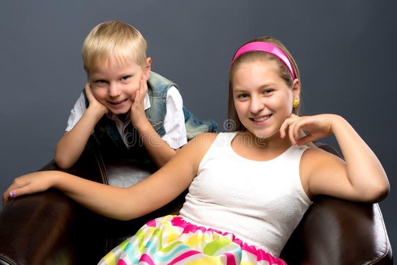 Een tiener met haar jongere broer stock afbeeldingen