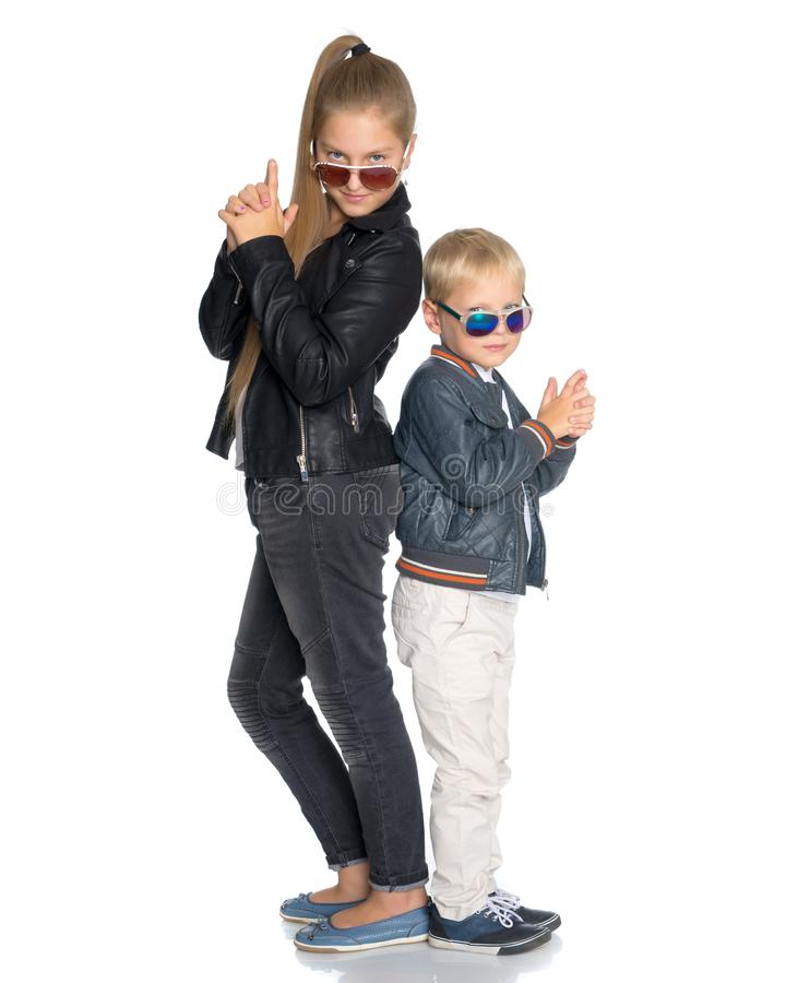 Een tiener met haar jongere broer royalty-vrije stock fotografie