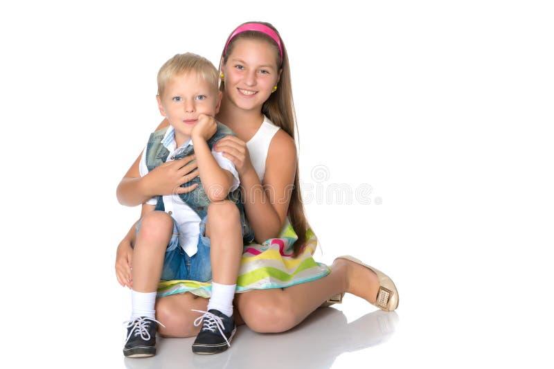 Een tiener met haar jongere broer royalty-vrije stock foto