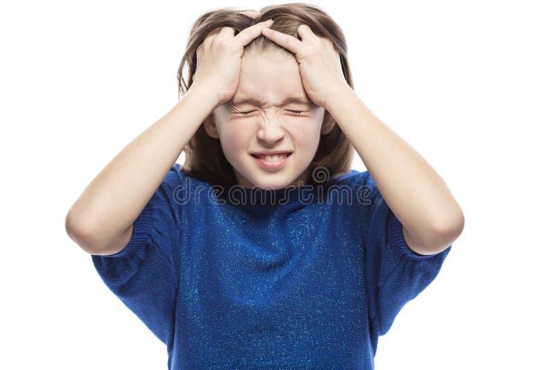 Een tienermeisje denkt het houden van haar hoofd en het sluiten van haar ogen Close-up Ge?soleerd op een witte achtergrond royalty-vrije stock fotografie