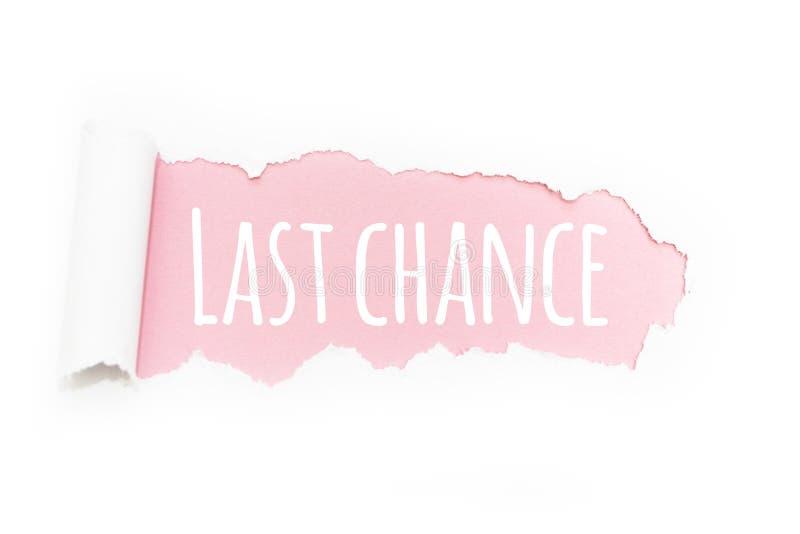 Een titel 'laatste kans in de breuk van document op een roze achtergrond stock afbeelding