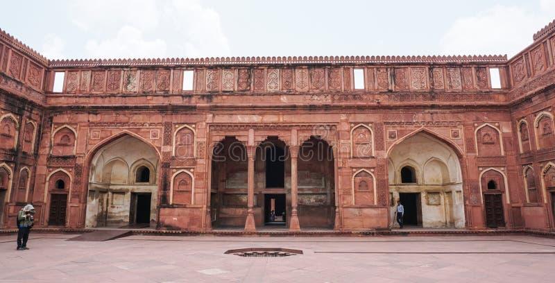 Een toerist bezoekt het gebouw van de zandsteen in Agra, India royalty-vrije stock foto's