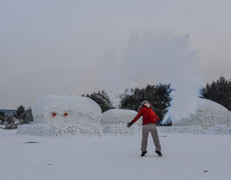 Een toerist die warm water werpen bij de winterpark stock foto's