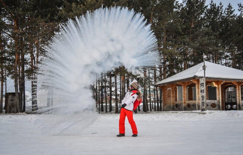 Een toerist die warm water werpen bij de winterpark stock afbeeldingen