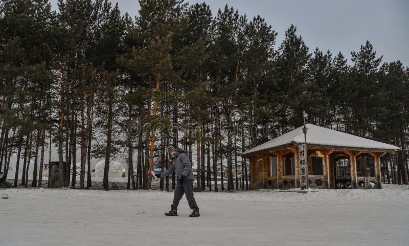 Een toerist die warm water werpen bij de winterpark stock afbeelding