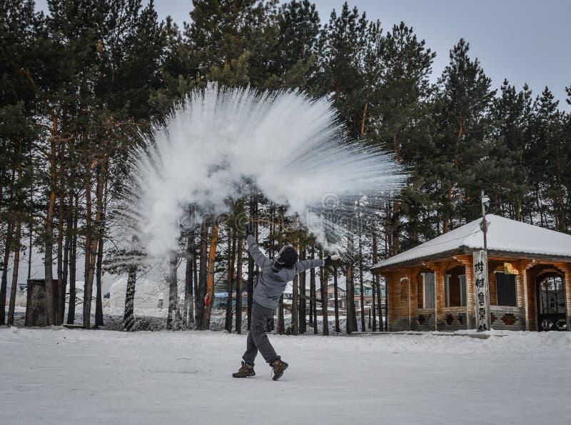 Een toerist die warm water werpen bij de winterpark royalty-vrije stock foto's