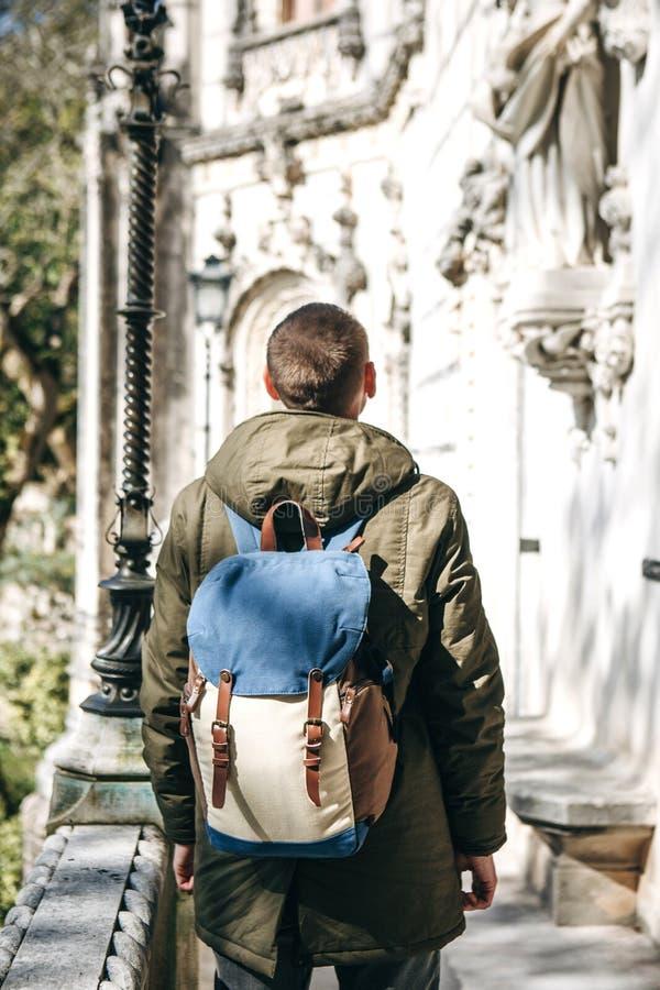 Een toerist met een rugzak in Lissabon, Portugal stock foto's
