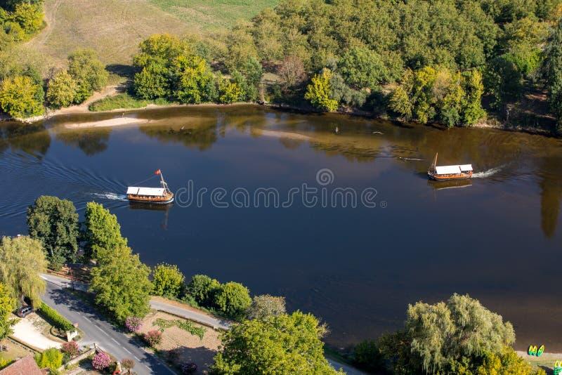 Een toeristenboot, in Frans geroepen gabare, op de rivier Dordogne bij La roque-Gageac, Aquitaine, Frankrijk royalty-vrije stock fotografie