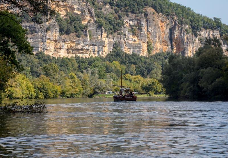 Een toeristenboot, in Frans geroepen gabare, op de rivier Dordogne bij La roque-Gageac, Aquitaine, Frankrijk royalty-vrije stock afbeelding