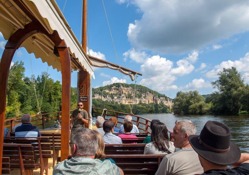 Een toeristenboot, in Frans geroepen gabare, op de rivier Dordogne bij La roque-Gageac, Aquitaine, Frankrijk royalty-vrije stock afbeeldingen