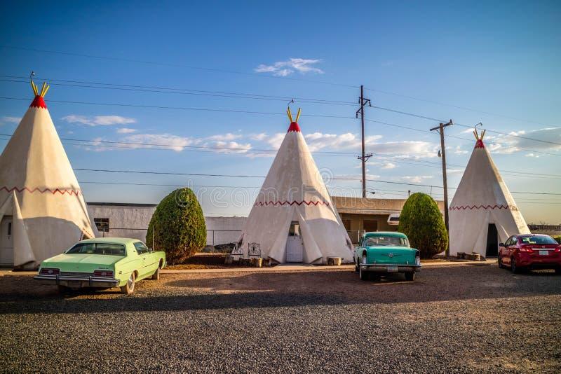 Een toeristentent met een mening van de stad in Holbrook, Arizona stock foto