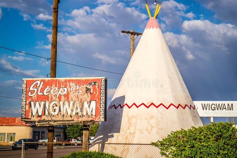 Een toeristentent met een mening van de stad in Holbrook, Arizona royalty-vrije stock fotografie