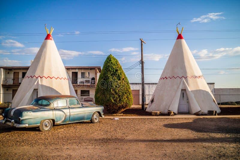 Een toeristentent met een mening van de stad in Holbrook, Arizona royalty-vrije stock afbeelding