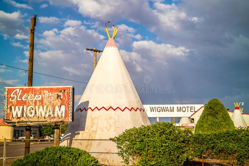 Een toeristentent met een mening van de stad in Holbrook, Arizona royalty-vrije stock foto's