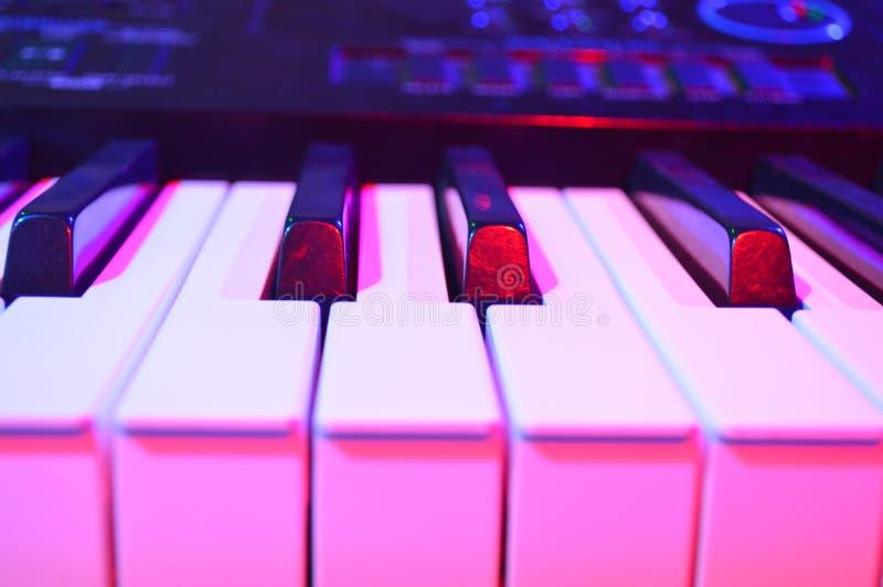 Een toetsenbord in gekleurde lichten royalty-vrije stock foto's