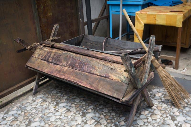 Een ton maakte van hout voor Batikverwerking met bezemstok en houten die lijstfoto in Batikmuseum Pekalongan wordt genomen royalty-vrije stock afbeeldingen