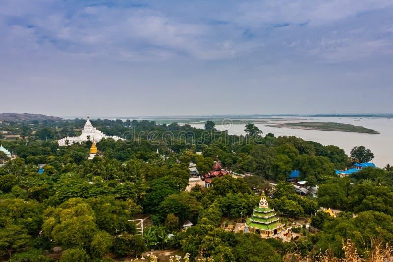 Een toneelmening van de de Hsinbyume-Pagode en Irrawaddy-Rivier van Mingun Stupa, Mandalay, Myanmar stock foto