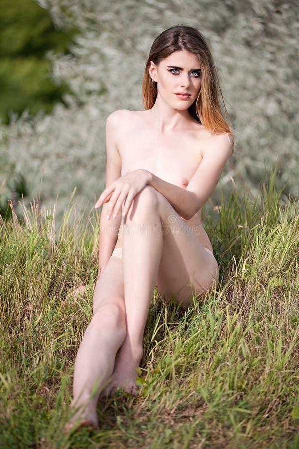 Download Een Topless Meisje Zit Op De Zomerweide Stock Afbeelding - Afbeelding bestaande uit schoonheid, nave: 107703987