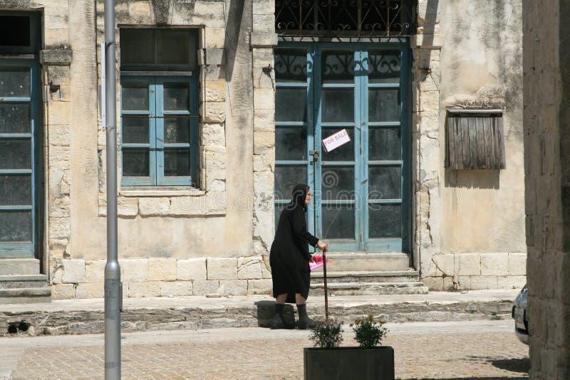 Een traditioneel huis en een oude inwoner van het Cypriotische dorp Kathikas stock fotografie