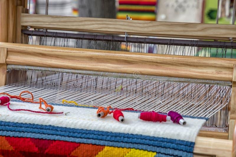 Een traditioneel kleurrijk uitstekend wevend weefgetouw stock foto