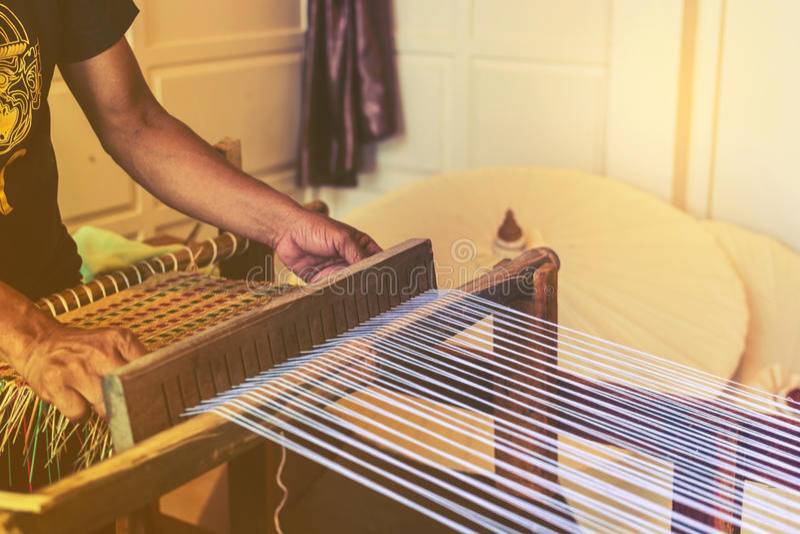 Een traditioneel om hand-wevend weefgetouw die worden gebruikt om doek te maken stock afbeeldingen