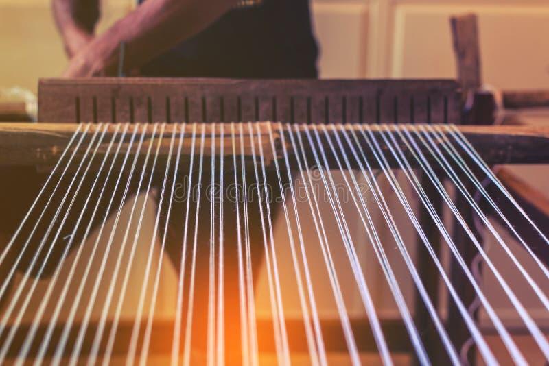 Een traditioneel om hand-wevend weefgetouw die worden gebruikt om doek te maken royalty-vrije stock foto