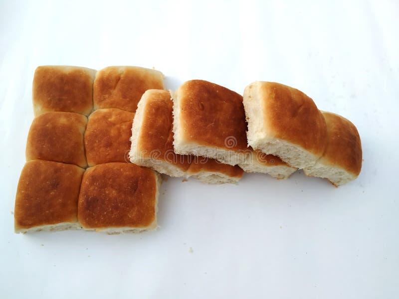 Een traditioneel vierkant brood van brood is op een witte achtergrond Brood dat op een witte achtergrond wordt ge?soleerde stock fotografie