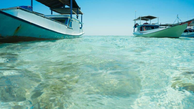Een traditionele boot met duidelijke overzeese witte dichte omhooggaand neemt uit overzees en voorzijde van boot stock afbeeldingen