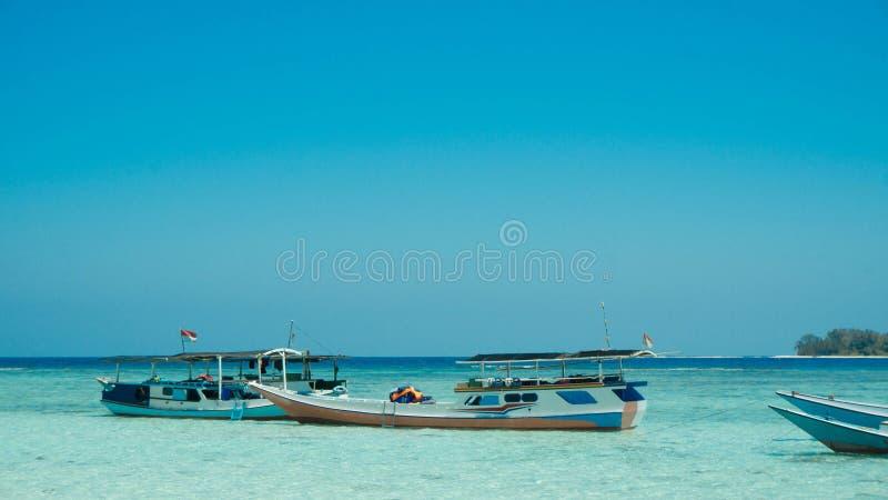 Een traditionele boot verankerde in overzees van het kust het ondiepe strand in het eiland van karimunjawa royalty-vrije stock afbeelding