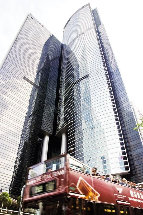 Een tram dragende toeristen en andere passagiers die naar de Piek leiden, die door Citibank-Plein & ICBC-Toren overgaan. stock afbeeldingen