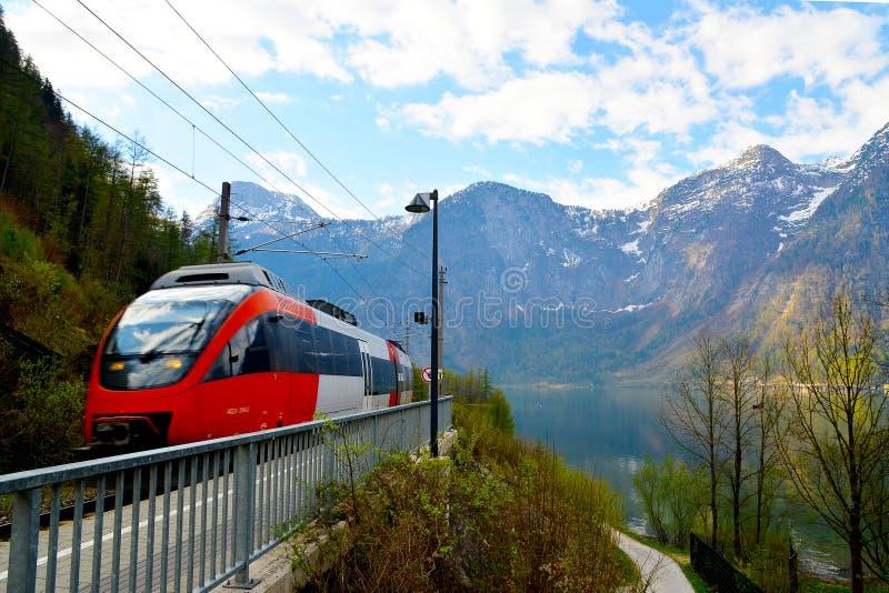 Een trein die Hallstatt overgaan stock fotografie