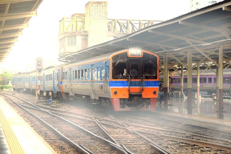 Een trein in Hua Lam Phong in Bangkok stock fotografie