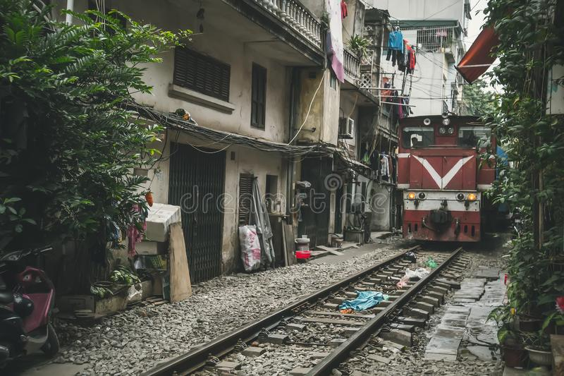Een trein neemt een oude stad door royalty-vrije stock afbeelding
