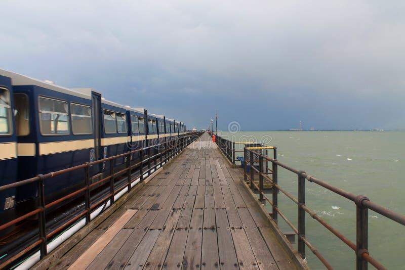 Een trein op Southend op overzeese pijler royalty-vrije stock foto