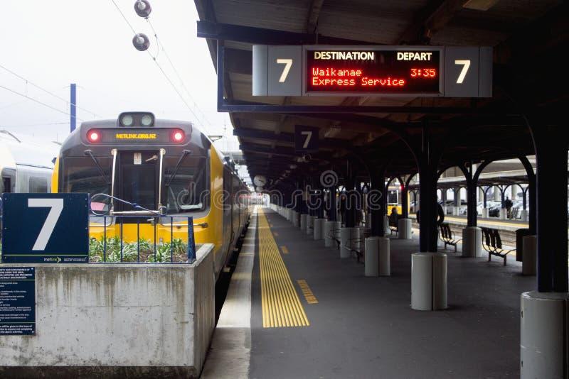 Een Treinwachten om aan Waikanae van platform 7, Wellington Railway Station te vertrekken stock afbeelding