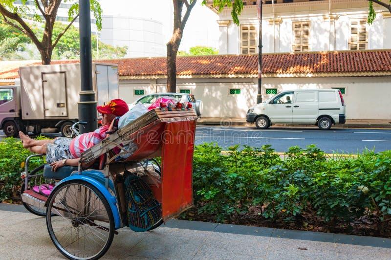 Een trishawmens die op klant wachten royalty-vrije stock afbeeldingen